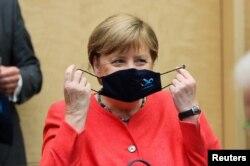 Канцлер Германии Ангела Меркель за месяцы пандемии научилась быстро и ловко надевать маску на различных саммитах, сессиях и заседаниях