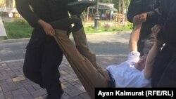 Задержание на пешеходной части улицы Панфилова в Алматы. 23 июня 2018 года.