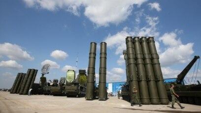 S-400 rakete zemlja-vazduh (lijevo) i S-300 (desno), snimljene u mjestu Žukovski, avgust 2014.