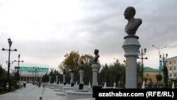 Aşgabadyň merkezinde, türkmen ýazyjy- şahyrlaryna bagyşlanyp açylan seýilgähde Çary Aşyrowyň heýkeli goýulmady.