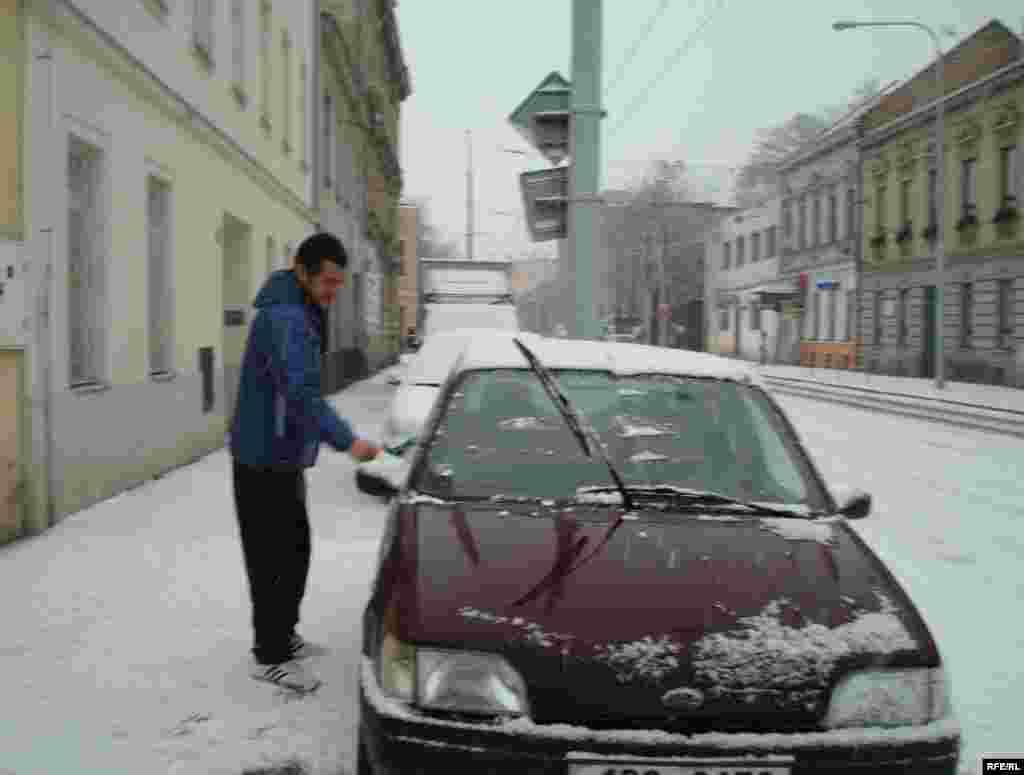 Беженец из Атырау Аманбек Джумаев готовит машину, чтобы отвезти семью Нургалиевых из города Брно в лагерь беженцев. - Беженец готовит машину для поездки в деревню Вышни Лхоты. 1 февраля 2009 года.
