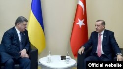 Президенти України і Туреччини, Петро Порошенко (ліворуч) і Реджеп Тайїп Ердоґан. Париж, 30 листопада 2015 року