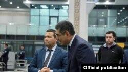 Миграция агентлиги бошлиғи Равшан Ибрагимов (чапда) қамоққа олинган.