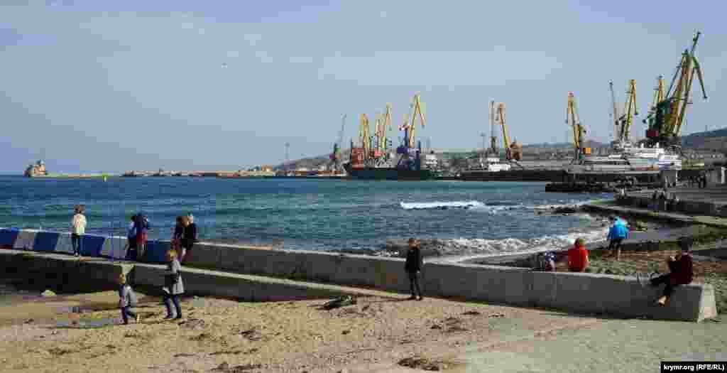 На пирсе у Феодосийского морского порта
