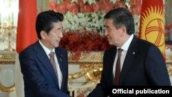 Президент Сооронбай Жээнбеков менен Жапониянын премьер-министри Синдзо Абэнин жолугушуусу.