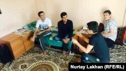 Жатақхана бөлмесінде отырған ауғанстандық студенттер. Алматы, 6 қазан 2017 жыл.