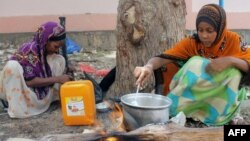 Женщины готовят пищу во дворе школы в Йемене. Иллюстративное фото.
