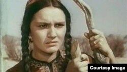 """Alty Garlyýewiň """"Aýgytly ädim"""" kartinasyndan surat, Aýnanyň roluny ýerine ýetiren Žanna Smelýanskaýa."""