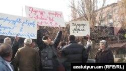 Վարդաքար գյուղի բնակիչների ցույցը Նախագահի նստավայրի մոտ: 13-ը դեկտեմբերի, 2010թ.