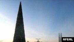 Галоўная навагодняя ёлка Віцебску — сёлета ўпершыню наплошчы Перамогі.