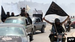 Syria -- Fighters from Al-Qaeda's Syrian affiliate Al-Nusra Front drive in the northern Syrian city of Aleppo flying Islamist flags as they head to a frontline, May 26, 2015