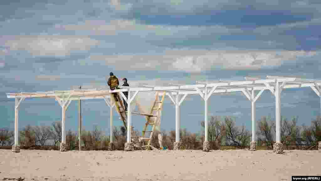Пляжный сезон в Штормовом на низком старте. До аннексии Крыма село было популярным семейным курортом у жителей материковой Украины и Беларуси