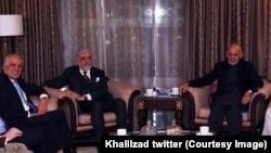زلمی خلیلزاد نماینده ویژه امریکا برای صلح افغانستان تلاش دارد تا اختلافات میان اشرف غنی و عبدالله عبدالله را حل کند.