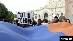 Armenia - Anti-government activists demonstrate against Armenia's membership of a Russian-led customs union during a state visit by Russian President Vladimir Putin, Yerevan, 2Dec2013.
