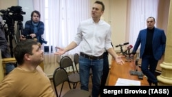 Pyotr Ofitserov (left) and Aleksei Navalny (center) appear in a Kirov court on February 8.
