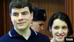 Никита Тихонов и Евгения Хасис во время судебного процесса в Москве