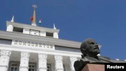 Bustul lui Lenin din faţa Sovietului orăşenesc Tiraspol