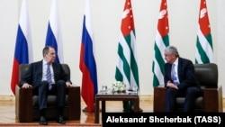 Встреча министра иностранных дел России Сергея Лаврова (слева) спрезидентом Абхазии Раулем Хаджимбой в Сухуми, 19 апреля 2017 г․