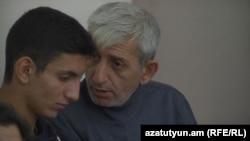 Армения - Шант Арутюнян и его сын, Шаген Арутюнян во время судебного заседания по делу «5 ноября», 15 октября 2014 г.