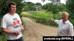 Актывісты БХД Сяргей Верамеенка і Мікола Баўсюк паказваюць, што вуліца Солы зусім не нагадвае гарадзенскую вуліцу
