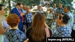 Advokat Nikolay Polozov ve Ahtem Çiygoznı desteklemek içün kelgen qırımlılar, avgustnıñ 7-si 2017 senesi