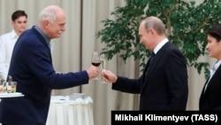 N.Mixalkov və V.Putin