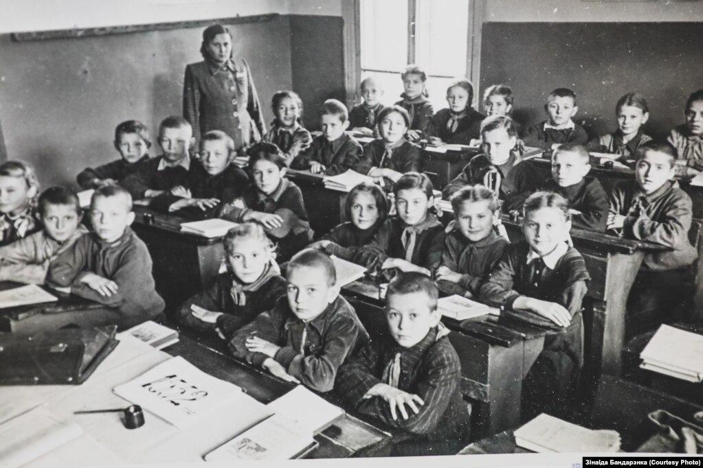 Зінаіда Бандарэнка ў школе (у другім шэрагу першая справа)