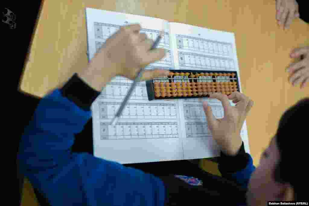 Әмір Исаев – арифметика курсындағы ДЦП диагнозы қойылған жалғыз бала. Мұғалімдер оны жеке оқытады. Ата-анасы мен мұғалімдердің сөзіне қарағанда, арифметика курсы баланың дамуына жақсы әсер еткен.