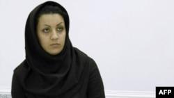 Бұрынғы қауіпсіздік қызметкерін өлтірген деген күдікпен ұсталған Рейхан Джаббари полиция бөлімшесінде отыр. Тегеран, 8 шілде 2007 жыл.