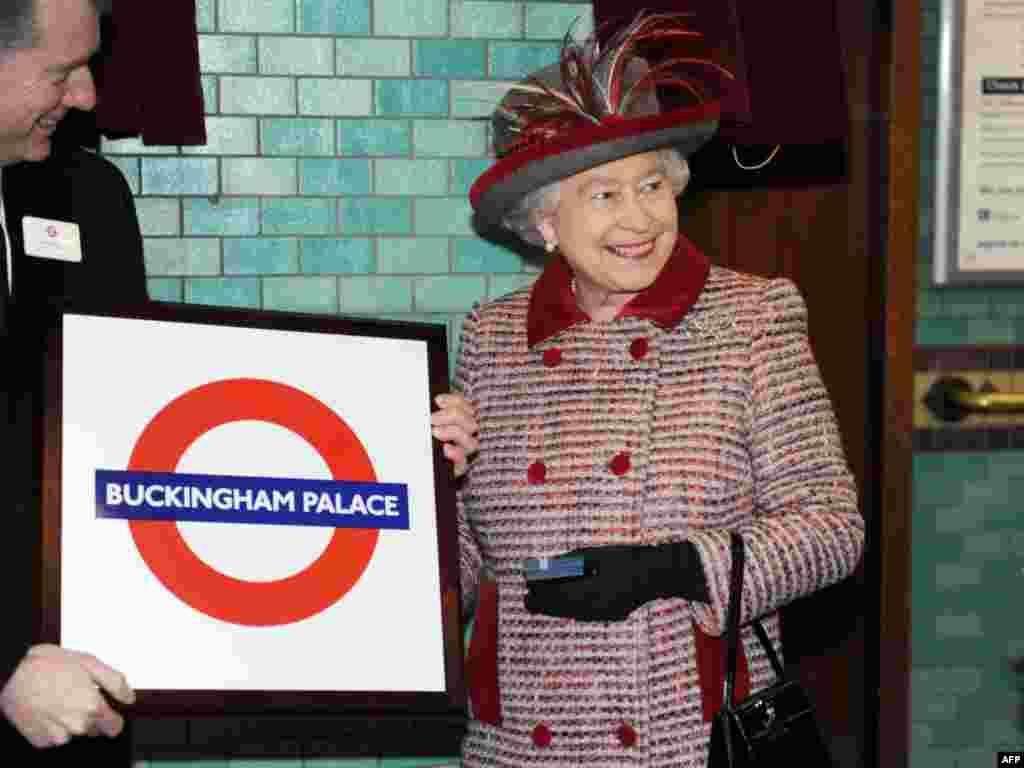 Вялікабрытанія. Каралева Лізавета II наведвае лёнданскае мэтро