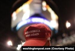"""Сторонник Трампа в бейсболке с его лозунгом """"Сделаем Америку вновь великой"""""""