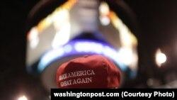 Donald Trump-ın tərəfdarları onun keçən ay Wilkes-Barre və Pennsylvania-dakı kampaniyası müddətində «Make America Great Again» (Amerikanı yenidən qüdrətli etmək) kepkaları daşıyıblar.