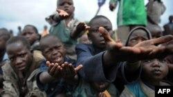 Конголық босқындар лагеріндегі балалар тамақ сұрап, қол жайып тұр. (Көрнекі сурет).