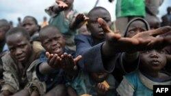 Djeca iz Konga mole za hranu - fotografija iz arhive