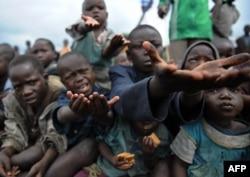 Конгодағы балаларға тағам таратқан сәт. Гома қаласы, 4 желтоқсан 2008 жыл. (Көрнекі сурет)