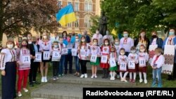 Близько 30 українців зібралися у Празі біля пам'ятника Тарасові Шевченку у традиційних вишиванках, 21 травня 2020 року
