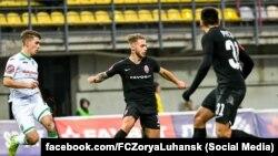 Лєднєв (у центрі) наразі виступає в луганській «Зорі», проте права на гравця належать київському «Динамо»
