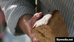 Belarus -- A man holds in his hand a loaf of bread, Borisov, September 7, 2008