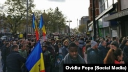 În fața secției de votare de la Londra pentru alegerile prezidențiale din R.Moldova, al doilea tur, 13 noiembrie 2016