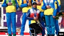 Українські паралімпійці на знак мовчазного протесту проти російської інтервенції прикривають руками свої медалі, здобуті на змаганнях у Сочі