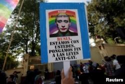 Митинг против дискриминации ЛГБТ-людей в России напротив российского посольства в Мехико. 20 апреля 2017 г.