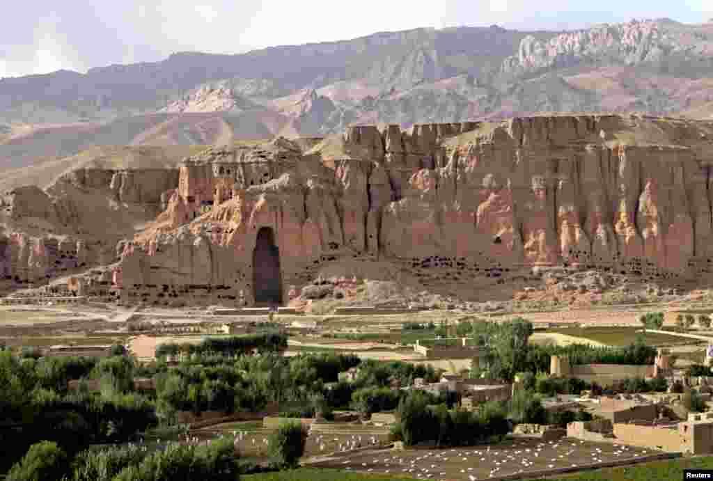 Пейзаж культурного ландшафта в Бамиане, Афганистан. Нишу в скале занимала скульптура Будды, которая входила в комплекс буддийских монастырей в долине реки Бамиан. Возраст скульптуры датировался примерно VI веком нашей эры. Ее в 2001 году уничтожили представители группировки«Талибан». По их словам, скульптура «противоречила исламским законам»