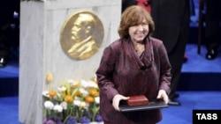 2015-ci il ədəbiyyət üzrə Nobel mükafatı laureatı, Belaruslu yazar Svetlana Aleksievich mükafatı qəbul edərkən.