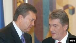 Сторона премьера Януковича и коалиция призывают не предпринимать никаких действий до решения конституционного суда. Президент Ющенко говорит о том, что эти процессы должны идти параллельно