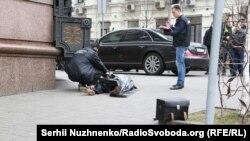 Слідчі біля тіла вбитого у центрі Києва, 23 березня 2017 року