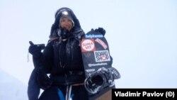 Владимир Павлов със своя сноуборд на връх Манаслу в Хималаите