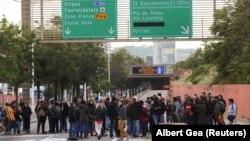 Протестующие блокируют одну из автотрасс в окрестностях Барселоны.