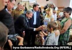 Йоганнес Ханн поздравил многодетную семью переселенцев из Горловки с получением комнаты в социальном общежитии