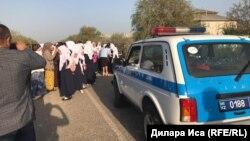 Ученицы школы села Фердауси и их родители возле полицейской машины. Иллюстративное фото.