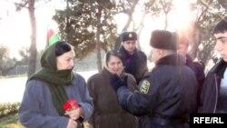 Polislər bir neçə ananı övladlarının məzarını ziyarət etməyə buraxmırdılar